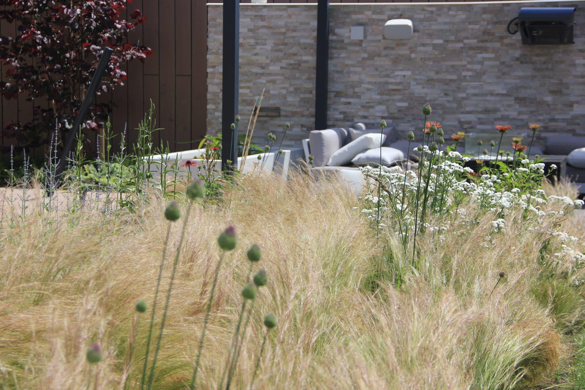 luxe tuin met terras tussen siergrassen Jeroen Hamers